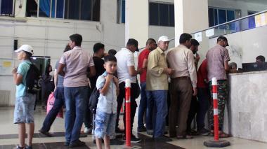 Refugiados sirios esperan a registrarse en el cruce fronterizo de Bab al-Hawa después de entrar desde Turquía.