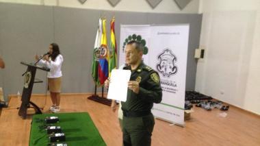Policía entrega 130 botones de pánico a comerciantes de Barranquilla