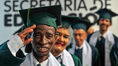 Luis Mariano, de 37 años, sonríe con su birrete.