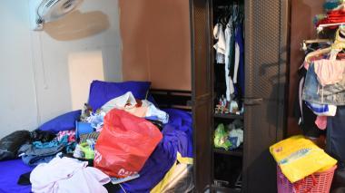 Así quedó el cuarto de la mujer luego de que los delincuentes lo revisaran en busca de objetos valiosos.