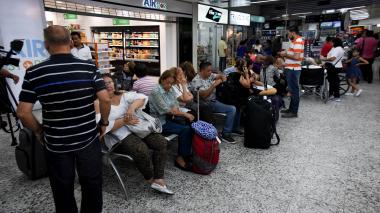 Un grupo de pasajeros espera en el aeropuerto Ernesto Cortissoz la salida de vuelos hacia Bogotá y Medellín.