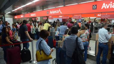 Largas filas se observan en el 'counter' de Avianca ubicado en el aeropuerto Ernesto Cortissoz.