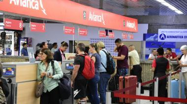 Viajeros son atendidos en la zona de 'check-in' de Avianca en el aeropuerto Ernesto Cortissoz.