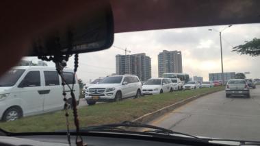 Caos vehicular en Corredor Universitario por caída de poste