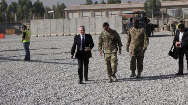 El secretario de Defensa de los EEUU, Jim Mattis, llega a la base de operaciones en Afganistán.