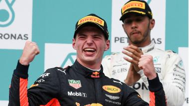 El holandés Max Verstappen y al fondo Hamilton.
