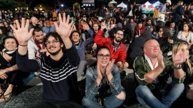 Las personas se reúnen en la Plaza Cataluña de Barcelona mientras esperan los resultados de un referéndum de independencia