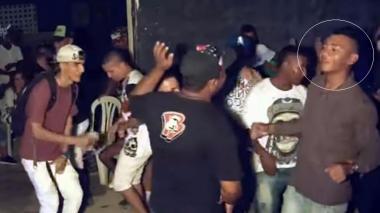 La aceptación de los 40 en El Ferry es tal que los vecinos bailan en fiestas con la música del picó Richi, que difunde mensajes de apoyo al grupo. En el recuadro aparece alias Lorito, delincuente de la banda que fue asesinado.