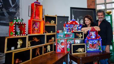 Los artistas Carla Celia y Joaquín Botero posan junto a sus obras, hechas en cajas, en su taller ubicado en el norte de Barranquilla.