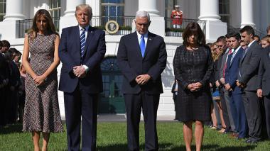 El presidente Trump junto a la primera dama Melania Trump, el vicepresidente Mike Pence y su esposa Karen Pence.