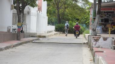 Una moto y un transeúnte se movilizan por una vía de la Ciudadela 20 de Julio.