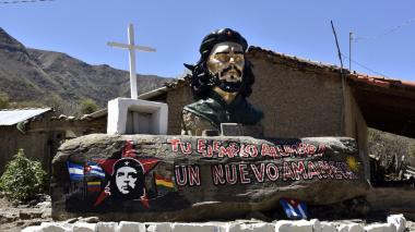 Una estatua del Che se levanta a la entrada del pueblo de Higuera, donde fue fusilado hace 50 años.