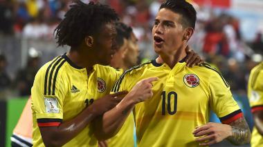 """James celebra el tanto de Colombia junto a Cuadrado, señalándose el pecho y gritando: """"¡otra vez yo!""""."""