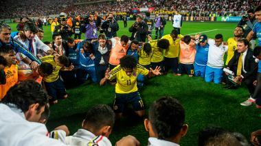 Juan Guillermo Cuadrado tomó la palabra para orar con sus compañeros y agradecer al cielo por la clasificación al Mundial de Rusia.