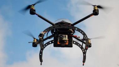 Roban tres drones y camioneta a operarios
