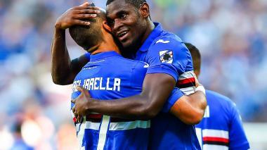 El colombiano Duván Zapata celebra el gol con el italiano Quagliarella.