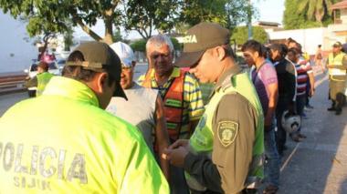 Policías verifican identidades en la plaza de Soledad.