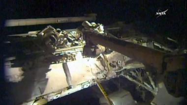 Astronautas de EEUU se aventuran en el espacio para reparar brazo robótico