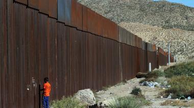 Listos los ocho modelos del muro que Trump prometió en frontera con México