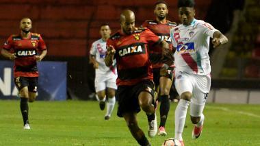 Yony González durante una jugada en el encuentro ante Sport Recife.