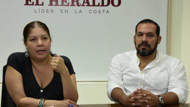 Alejandra Barrios, directora nacional de la MOE, y Diógenes Rosero, director de la Fundación Foro Costa Atlántica durante su visita a esta casa editorial.