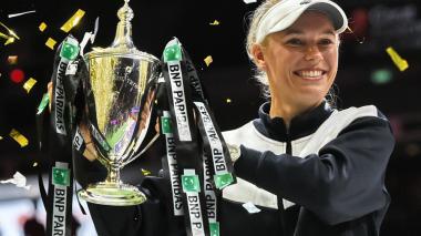 La tenista danesa Caroline Wozniacki con su trofeo.