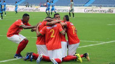 Los jugadores del Barranquilla FC celebran en la cancha.