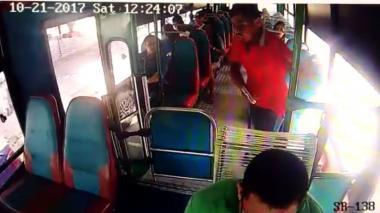Un atracador intimida a los pasajeros de un bus. El hecho quedó registrado en video.