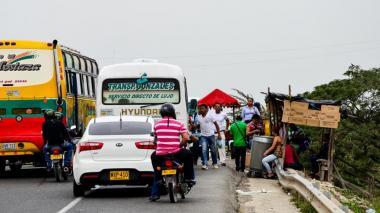 Un bus intermunicipal transita por el puente de la Circunvalar, donde han ocurrido varios atracos.
