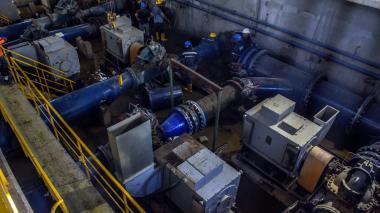 Personal de Triple A trabaja en la instalación del manifold en la estación de bombeo del Acueducto.