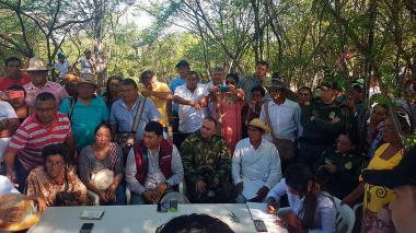 Indígenas de La Guajira reunidos con el gobernador encargado.