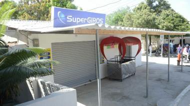 Puesto de SuperGiros en el barrio El Bosque que permanece cerrado.