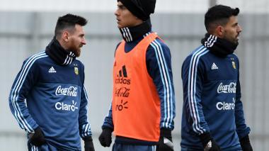 Con bufanda y guantes, Messi se entrena en Moscú para jugar con Rusia