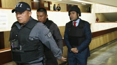 El exfiscal Gustavo Moreno llegó al Congreso con casco y chaleco antibalas
