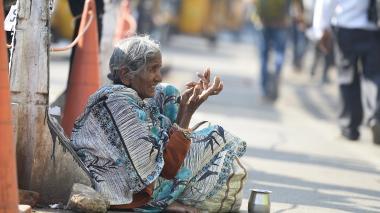 Una anciana sentada en una calle de Hyderabad