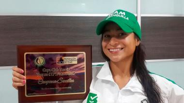 María Fernanda Herazo con la placa de campeona.