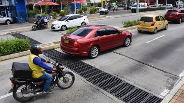 El desnivel en la carrera 51B que hace lento el tráfico de vehículos
