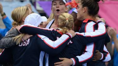 Las tenistas estadounidenses festejan la victoria de Coco Vandeweghe y Shelby Rogers en la final de la Copa Federación.