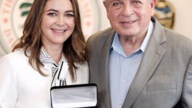 Barranquillera Adriana Castro recibe las llaves de Miami, EEUU