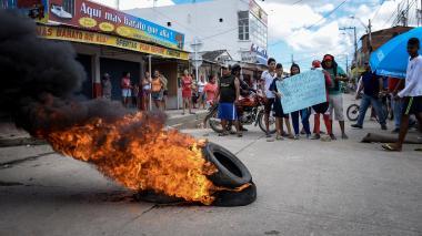 Los residentes de La Paz protestaron con quema de llantas y pancartas en la carrera 13 con calle 100.