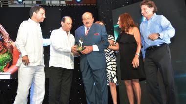 Entrega del reconocimiento al médico Issa Abuchaibe, quien está en compañía de su familia y el presidente de EL HERALDO, Ramiro Avendaño.