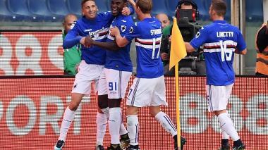 El delantero colombiano Duván Zapata celebrando con sus compañeros de la Sampdoria.