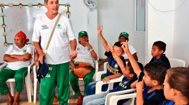 Adultos mayores y niños, unidos por la metáfora del fútbol