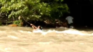 En video: Mujer se salva de ser arrastrada por la creciente del Guatapurí
