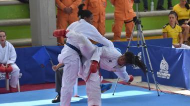 El karate de Shanne Torres emociona a niñas del colegio Normal de Santa Marta