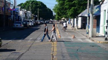 Una pareja camina por una calle de Valledupar.