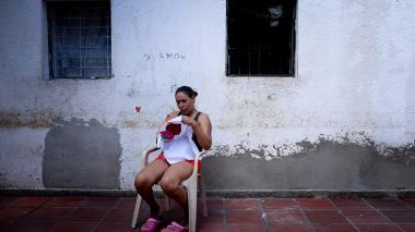 Una de las reclusas de la cárcel Buen Pastor estampa un bordado a mano.