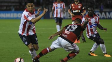 El delantero barranquillero Teófilo Gutiérrez elude la marca de Trauco. Observan Yimmi Chará y Diego.