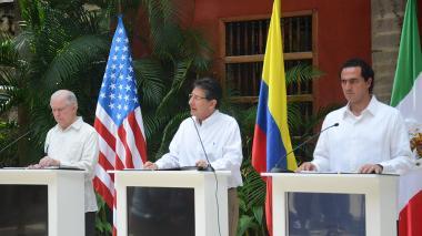 El fiscal de EEUU, Jeff Sessions (izq.); Néstor Humberto Martínez (c), y el procurador de México, Alberto Elías Beltrán, durante la Cumbre en Cartagena.