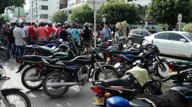 Mototaxistas en Montería piden 'semana de tolerancia' para el aguinaldo de sus hijos